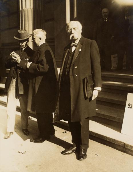 Henri Lafontaine et sa serviette